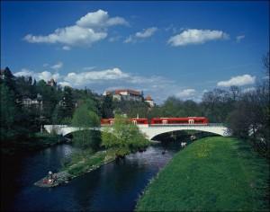 Regionalbahn auf der Neckarbrücke in Tübingen