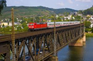 InterCity in Rheinland-Pfalz auf einer Moselbrücke