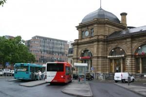 Stadtbusse unterschiedlicher Betreiber am Frankfurter Hauptbahnhof