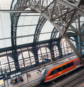 Nahverkehrszug im Dresdner Hauptbahnhof