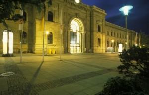 Der Magdeburger Hauptbahnhof zur blauen Stunde