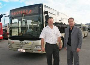 Buslenker Helmut Anrich und Postbus-Regionalmanager Gernot Hubner vor dem 24 Meter Bus-Zug