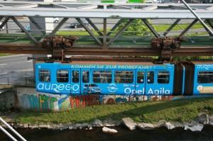 """Eine Straßenbahn """"besonderer Bauart"""" - der eiserne Lindwurm über der Wupper"""