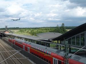 Flugzeug und Regionalzug am Rhein-Ruhr-Flughafen Düsseldorf