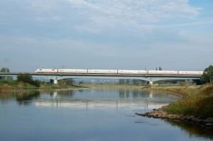 ICE 2 auf einer Weserbrücke bei Bad Oeynhausen