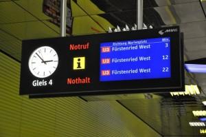 Die neuen Zugzielanzeiger lösen die alten Anlagen aus den 80er Jahren ab
