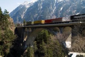 Güterzug in den Alpen