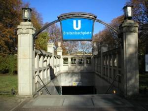 Treppe zur U-Bahnstation Breitenbachplatz