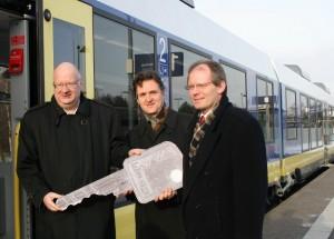 Hans-Joachim Menn und Klaus Weisbrich (LNVG) übergeben Martin-Meyer Luu (NWB) symbolisch den Schlüssel