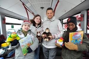 Hochbahn-Azubis beschenken bedürftige Kinder