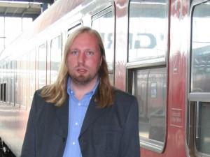 Anton Hofreiter steht vor einem Silberling