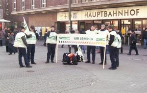 Streikposten der GDL am Hauptbahnhof Düsseldorf