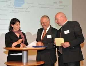 Katja Hessel, Fritz Czeschka und Heino Seeger unterzeichnen den neuen Verkehrsvertrag